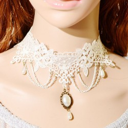 Collier en dentelle blanche et perles