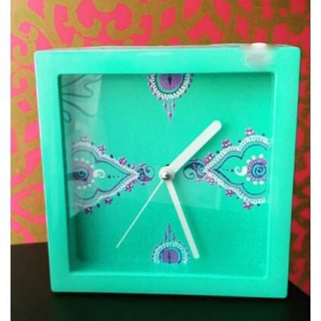 Pendule turquoise décorée blanc et violet